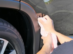 樹脂コーティングがはみでた箇所は施工直後なら濡らして絞ったクロスで拭き取れますが、心配な場合はマスキングされることをお勧めします