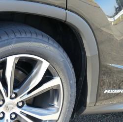レクサスの高級SUVRXハイブリッドへの樹脂コーティングの施工例。世界的に大流行のSUVに多いフェンダーの樹脂モールにも最適です