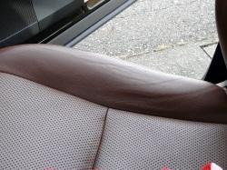 よく擦れる革のシート部分にはシワができやすく、変色して、表面もザラついた状態に。そんな時こそ車内専用クリーナーがおススメです