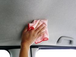 車の中の天井などファブリック・布地のシミ汚れは中性クリーナーを含ませたクロスで拭きとります。ブラシなどを使うのも有効です