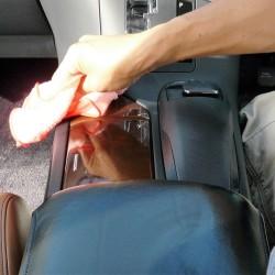 センターパネルやコンソール部分など、細かい隙間に入り込んだホコリや、皮脂汚れが溜まっている所にもルームクリーナーが有効です。