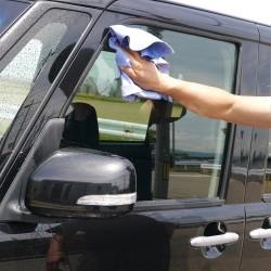 セームは普通のクロスやタオルのように編むのでなく高圧縮成形されているのでほとんど毛羽立たず車外・車内のガラスの拭き上げにも最適