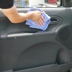 スポンジ素材の拭き上げ専用クロスと異なりマイクロファイバー素材なので、車外だけでなく車内の樹脂パネルの拭き上げにも最適です