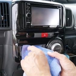 薄くて使い勝手のいいセームは普通のクロスやタオルでは拭き取れないパネルのすき間やカーインテリアの合わせ目などの汚れも拭き取ります