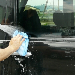 ガラスとゴムの間に入り込んだガラス用コンパウンドの除去もムートンクロスで水を流しながらやさしく仕上げ洗いするだけで除去