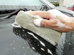 洗車スポンジでクルマを洗う場合、力を入れすぎたり泡やシャンプー液の量に気をつけないと塗装にキズをつけてしまう場合も