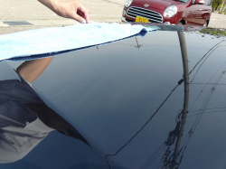 マイクロファイバークロスで水滴を拭き上げ、洗車を仕上げる。