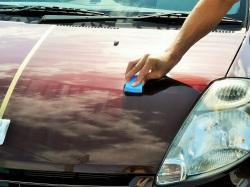 スーパーゼウスは誰にでも簡単に施工でき優れた性能を実現できます。洗車したトヨタ・パッソを拭き上げコーティングスポンジで手塗り