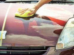 白っぽく乾いたらマイクロファイバークロス等でやさしく拭き上げるだけで、優れたキズ消し性能や極上の色艶性能で愛車のコーティング完了