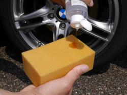 タイヤコーティングの施工用スポンジに艶・光沢に優れたハイブリッドナノガラスのタイヤコーティングを垂らします