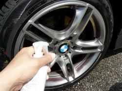 洗車用カーシャンプーでホイールを洗車した後、洗車で落としきれないブレーキダストや鉄粉を落とす為、鉄粉除去剤をスプレーします。
