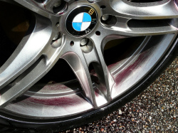 ブレーキダストや鉄粉が付着しやすいホイール(欧州車)に鉄粉除去剤を吹き付け、3~5分後、鉄粉が反応し紫色に変色した状態