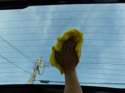 リアガラスの内側(車内側)も濡らしたマイクロファイバータオルやクロスで熱線に沿って優しく拭き上げます