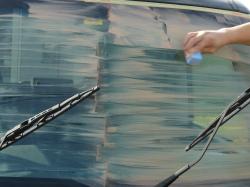 ガラス研磨用コンパウンドをガラス専用のフエルトスポンジにとりフロントガラスを磨き残しのないよう丁寧に磨きます