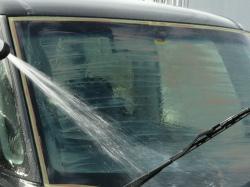フロントガラス等の全面を磨き終えたら乾いたガラスコンパウンド(セリウム)の粗い粉を水で勢いよく流し落とします