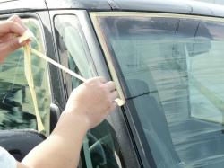 ガラス用コンパウンド(セリウム)の粗い粉を水で流し落としたらシャンプー洗車の前にマスキングテープをはがしておきます