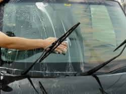 フロントガラス等ウィンドウガラスに残っているガラスコンパウンドをカーシャンプーを使って洗車しきれいに洗い落とします