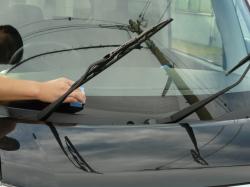 高耐久ガラス撥水コーティングのスーパービュークリアをフエルトスポンジに適量つけ塗り残しのないよう縦横に塗り込んでいきます