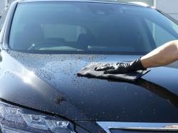 柔らかく、吸水力に優れたこだわりのカーケアに最適な高級クロスで洗車後のBMWのボンネットの水滴を拭き上げる!高級車・輸入車にも!