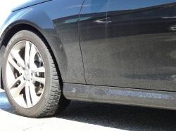 冬の高速道路を走り凍結防止剤や道路のはねあげ汚れできたなく汚れまくったボディカラーブラックのメルセデスベンツCクラスクーペ