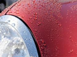 ダイハツミラジーノにカー用新型撥水コーティングを施工した直後の撥水。ボディはもちろんのこと、モールやメッキ、プラスチックにも施工可能