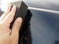 ポリマーコーティング(ポリマー系ガラスコーティング)『ファイングロス』をBMW3シリーズに塗布しているところ