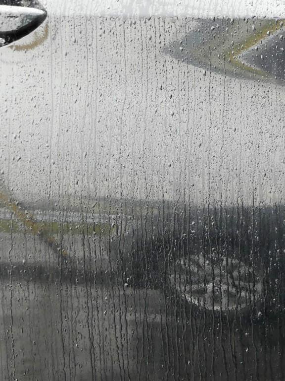 雨ジミ・イオンデポジット・ウォータースポット・水垢・シリカスケールなどといわれるシミ汚れに覆われた場合の雨天の撥水状態