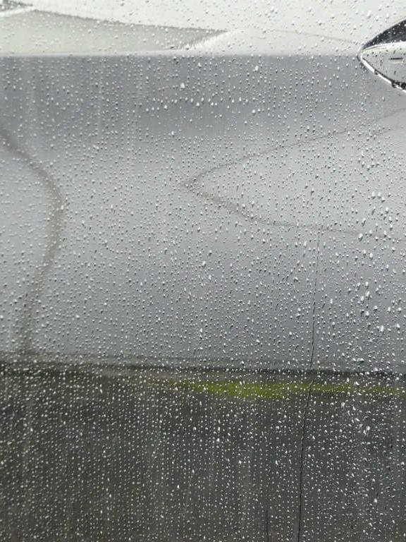 雨ジミ・イオンデポジット・ウォータースポット・水垢・シリカスケールなどを雨ジミ・スケール除去剤で落とした場合の雨中での撥水状態