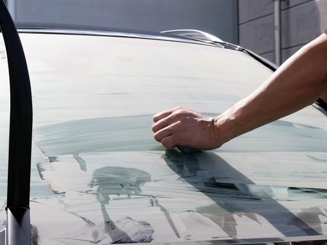 新ガラスコンパウンドでレクサスRXハイブリッドのフロントガラスに施工してある高耐久のフッ素系ガラス撥水コーティングを取ってみます