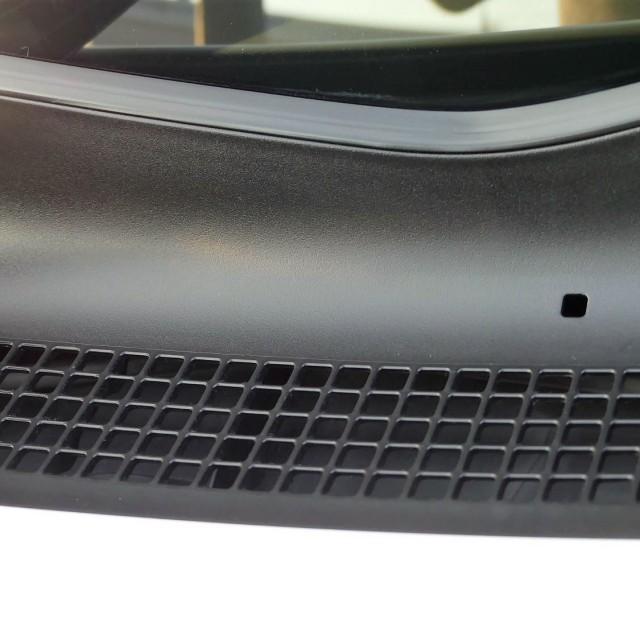 樹脂コーティングを施工した後のダイハツタントのカウルトップパネル。艶のある黒々とした樹脂パーツに生まれ変わって新車の佇まい