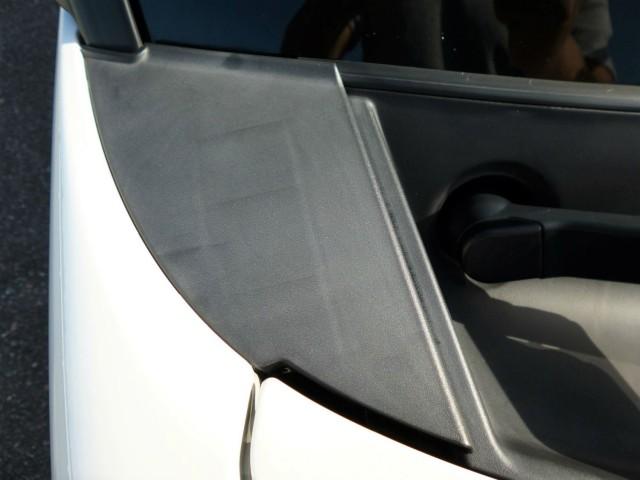 樹脂コーティング施工前のダイハツタントのカウルトップパネル。樹脂の表面が劣化して白ボケ(白化)が進み、古ぼけた感じを与えます