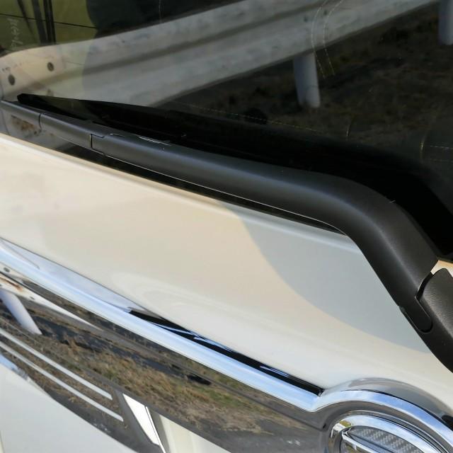 白ボケて全体的に古臭い印象だった樹脂リヤワイパーも黒々と輝き、ボディの輝きだけでなく相乗効果で愛車の後ろ姿をキリッと引き締めます