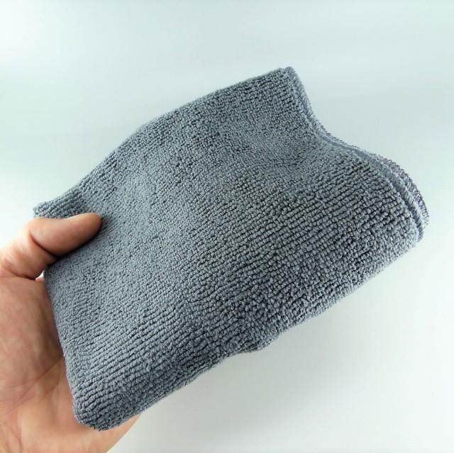 ブラッククロスは繊維量が多く使用され縦横編みの密度が緻密なため厚手でシッカリしたクロスで、へたりも少ない高い耐久性を誇る