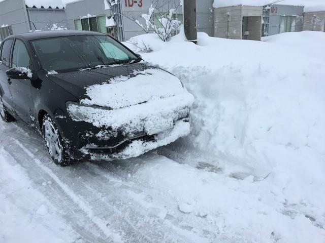 会社に行ってみるとたった一晩でバカみたいに雪が積もって近寄ることもできない状態!久々の大雪で雪国富山の除雪もパンク状態みたいです