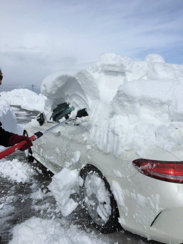 2時間くらいすると除雪車が来てくれたので何とか掘り出して道まで動かし、クルマに積もった雪を落とします
