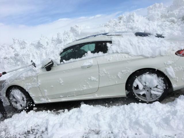 なかなか落ちない雪と格闘すること数分。ようやく車の形が現れだしました