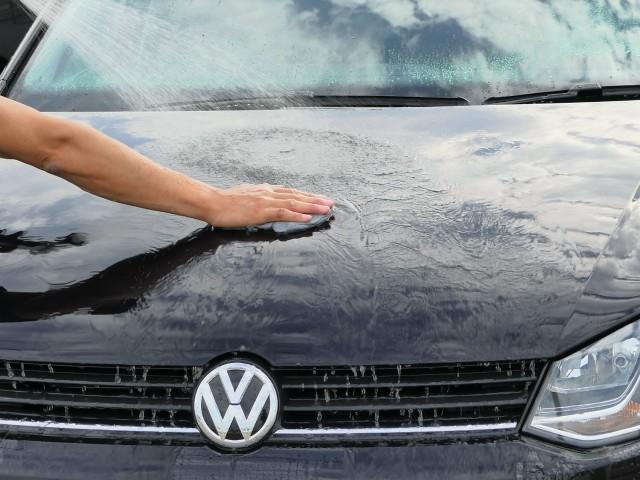 粘土クリーナーは車の鉄粉と同時に他の固着物一緒に除去可能。洗車後に水をかけながらやさしく滑らせて使えばツルっツルボディの完成