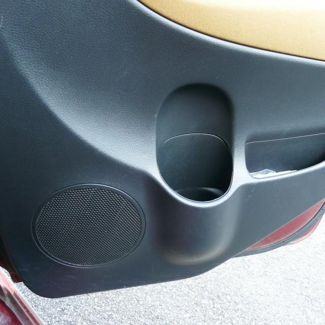 車の内装用クリーニング/ルームクリーナーの拭き上げ後は土汚れ・泥汚れや靴キズも目立たなくなり、見違えるほどに色合いと艶感が復元