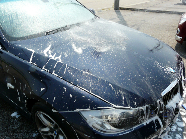 コーティング車用シャンプー『マイルドケアシャンプー』による洗車、すすぎ洗い風景、斜め正面