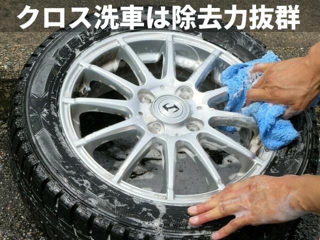アルミホイールの洗車にも効果バツグン!ムートンクロスでのシャンプー洗車は隙間に残った汚れ・鉄粉も逃しません