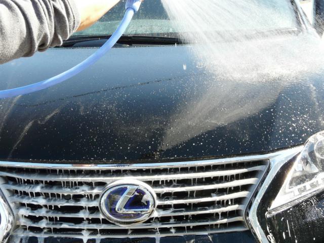 パネルごとにクイックワンシャンプーの洗車が終わったら水を勢いよくかけて汚れと泡を洗い流しその後クロス等で丁寧にすすぎ洗いをします