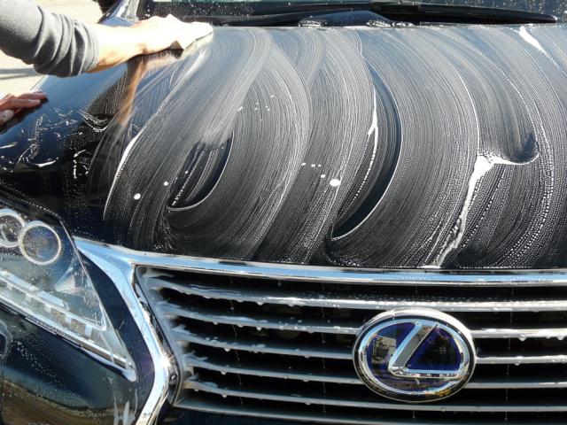 クリーナー成分を配合し汚れ・固着物の除去力に優れます。泡立ちに優れ乾きにくいので水やシャンプーを追加してやさしく洗車します。