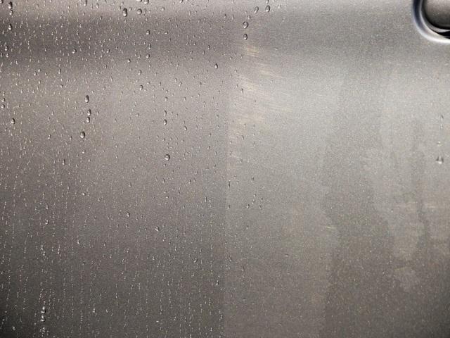 スーパーゼウスの優れた防汚性能のおかげで軽く洗車するだけで美しい色艶と強力な撥水効果が復活し未施工部分との違いは歴然です