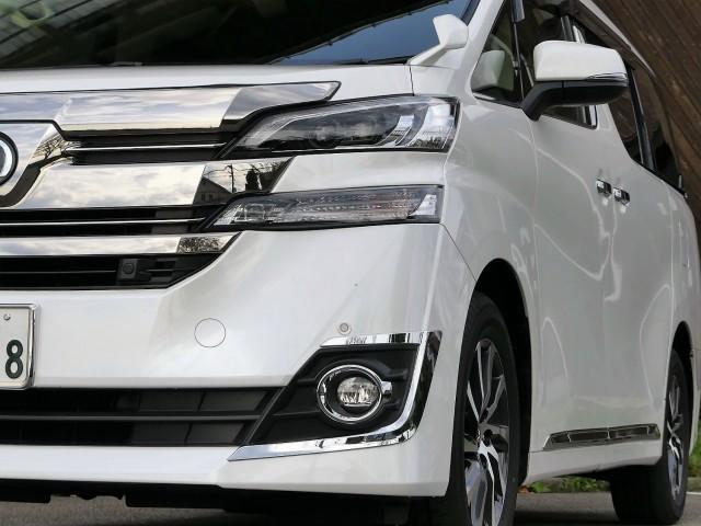 人気のトヨタ/ヴェルファイア(白)は半年以上も洗車やコーティング等のカーケアを一切してませんでしたが水なし洗車でメッキもピカピカ