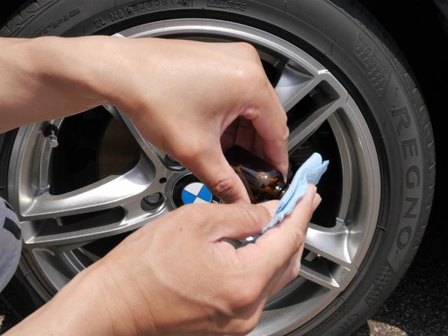 輸入車や高級車のホイールに最適なハイブリッドナノガラスのホイールコーティングを施工用ネルクロスに含ませているところ