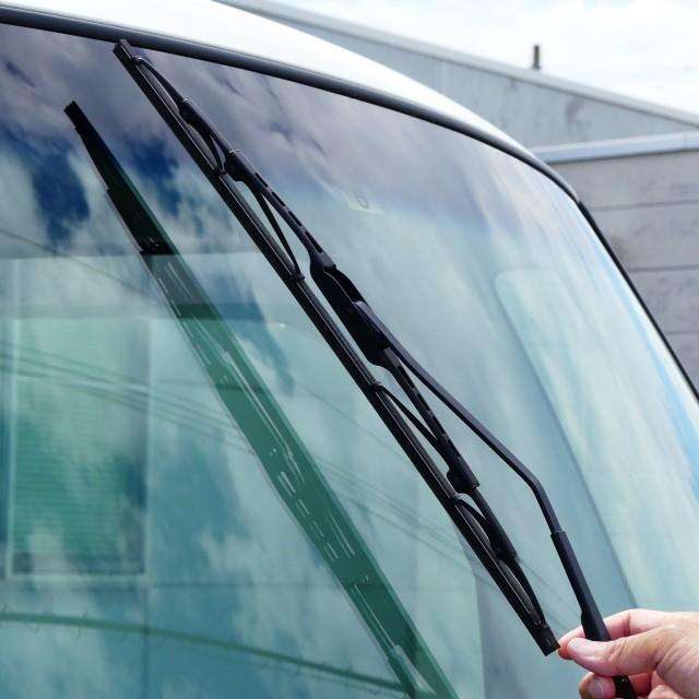 国産車のワイパーに多く採用されているワイパーはトーナメントタイプのワイパーでガラス面に均一な力がかかり払拭性能に優れます