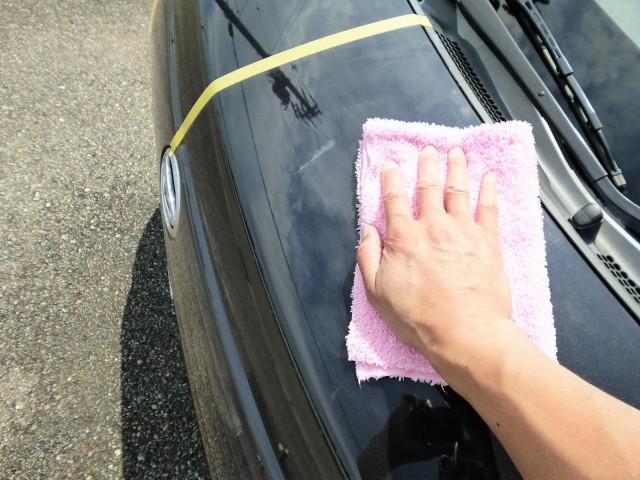 塗り伸ばしたコーティング剤が白っぽく乾いてきたら、濡らして絞ったマイクロファイバークロス等でやさしく拭き上げます