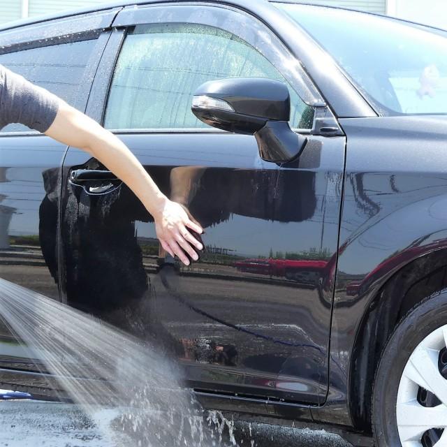 親水コーティングの効きは、シャンプー洗車時や洗車後にボディを押さえるように触ると分かる。親水コーティングはキュッと止まる感じ