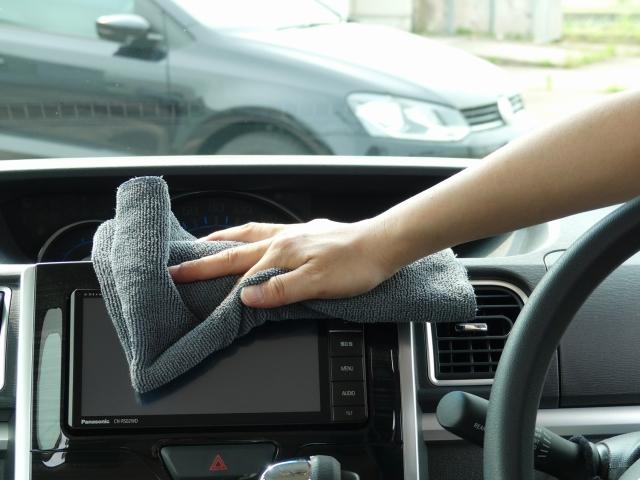 カーナビやルームミラーなど手垢で汚れやすい車内インテリアも柔らかく折り目の細かい高級クロス「黒」なら、キズをつけず拭き上げる