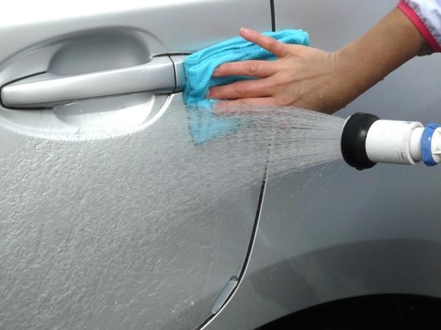 ボディーの塗装に残った鉄粉を効率的に絡め取るため、マイクロファイバークロスでのすすぎも有効です